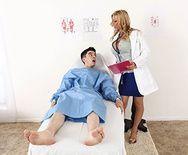 Красивая стройная блондинка медсестра трахается с пациентом на кровати - 1