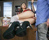 Милая стройная брюнетка студентка в короткой юбочке и чулках занимается сексом с преподавателем - 3
