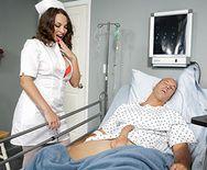 Симпатичная брюнетка медсестра в чулках занялась страстным сексом с пациентом - 1