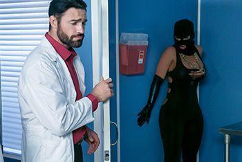 Смотреть анальный секс молоденькой брюнетки с двумя врачами