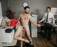 Смотреть красивый анальный секс с шикарной девушкой блондинкой и её сотрудником - 2
