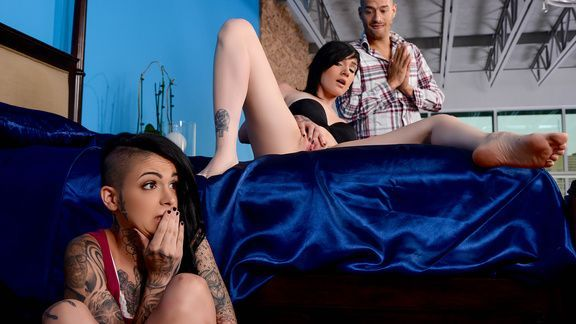 Смотреть секс втроем с татуированными молодыми лесбиянками