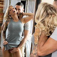 Молодая стройная татуированная блондинка занялась нежным сексом со своим парнем