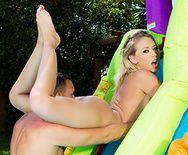 Стройная сексуальная блондинка занимается анальным сексом в бассейне - 2