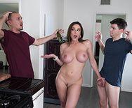 Смотреть порно сексуальной длинноногой красотки с другом своего мужа на кухне - 5