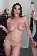 Смотреть порно сексуальной длинноногой красотки с другом своего мужа на кухне #5