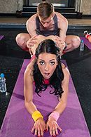 Фитнес инструктор трахает молоденькую стройную брюнетку в анал #1