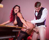Смотреть красивый секс с шикарной брюнеткой в чулках на бильярдном столе - 4