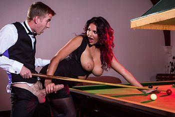 Смотреть красивый секс с шикарной брюнеткой в чулках на бильярдном столе