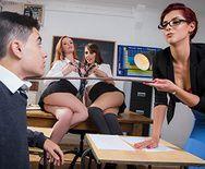 Групповое порно трех развратных молоденьких студенток с новым одноклассником - 1