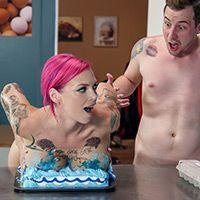 Страстный секс стройной татуированной девки на столе