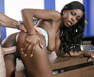 Межрассовый трах в пизду стройной темнокожей девки с пацаном на столе - 2