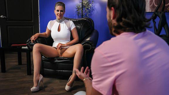 Нежный трах в пизду молодой блондинки психиатра с пациентом на столе