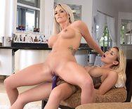 Молодая и зрелая лесбиянки с большими сиськами дрочат пизду - 3