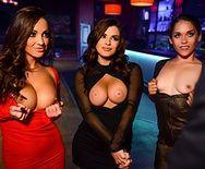 Смотреть горячий групповой секс с двумя девушками в клубе - 1