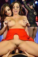 Смотреть горячий групповой секс с двумя девушками в клубе #3
