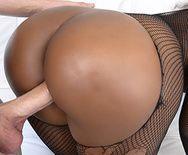 Межрассовый анальный секс пышной тёлки на диване - 1