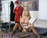 Порно консьержа с пышнозадой блондинкой в чулках - 1