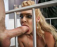 Порно консьержа с пышнозадой блондинкой в чулках - 3