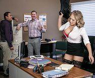 Шикарная блонда с большими сиськами трахнулась в бритую пизду в офисе - 1