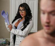 Горячее порно с сексуальной медсестрой с большими сиськами - 1