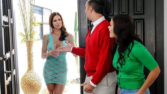Смотреть анал втроем с двумя сексуальными лесбиянками
