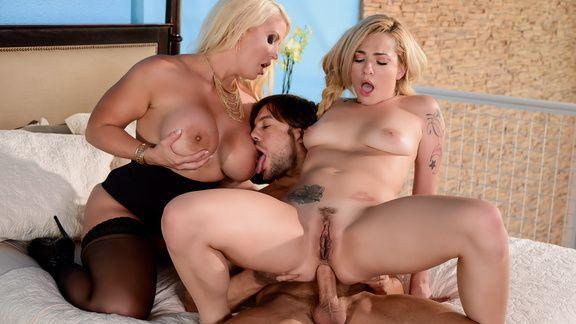 Групповой анальный секс двух шикарных блондинок в чулках с накаченным самцом
