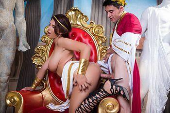 Жесткий трах молодого парня с сиськатой шлюшкой на троне