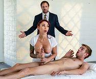 Анальный секс милой татуированной возбужденной массажистки с парнем - 1