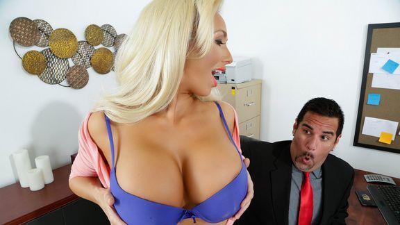 Смотреть порно пышногрудой блондинки секретарши с новым партнером
