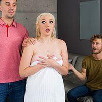 Молоденькая блондинка с большой жопой трахается в обе дырки