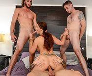 Порно опытной мамашки с тремя молодыми парнями - 4