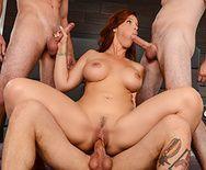 Порно опытной мамашки с тремя молодыми парнями - 5