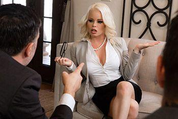 Смотреть красивый трах с сексуальной блондой с большими сиськами