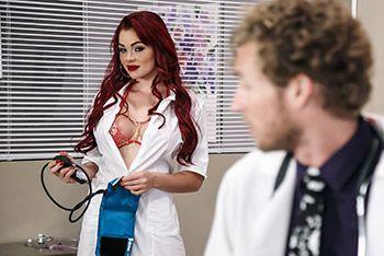 Порно шикарной красноволосой медсестры в чулках с пациентом