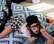 Очкастая школьница с натуральными сиськами трахается в пизду - 1