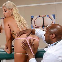Смотреть межрасовый секс доктора с красивой блондинкой с большими сиськами