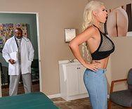 Смотреть межрасовый секс доктора с красивой блондинкой с большими сиськами - 1