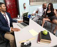 Секс на столе аппетитной сексуальной брюнетки учительницы с отцом ученика - 1