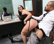 Секс на столе аппетитной сексуальной брюнетки учительницы с отцом ученика - 2