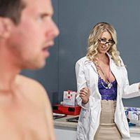 Секс очаровательной сексуальной блондинки медсестры в чулках с пациентом на столе