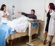 Пышногрудые лесбиянки медсестры мастурбируют пизду секс игрушками - 1