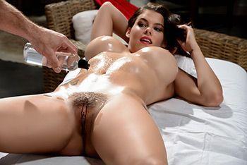 Нежный секс симпатичной стройной брюнетки с массажистом