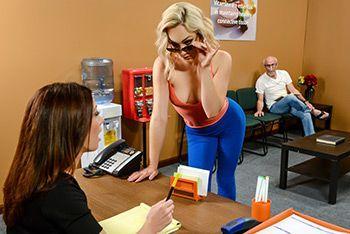 Анальный секс молоденькой стройной блондинки с доктором