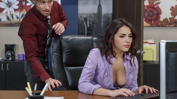Секс милой молоденькой секретарши в чулках с боссом на столе