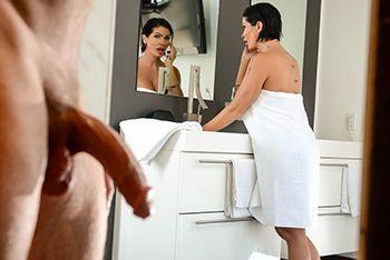 Порно молодого парня со зрелой сиськатой брюнеткой в ванной