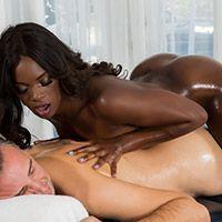 Нежный межрассовый секс молоденькой стройной темнокожей массажистки с клиентом