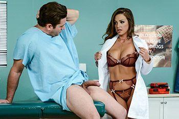 Смотреть трах в пизду с сексуальной медсестрой с большими сиськами в униформе