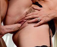 Сексуальная брюнеточка с пышными формами ебется в бритую пизду - 4