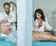 Сексуальная медсестра с большими сиськами ебется в пизду - 1